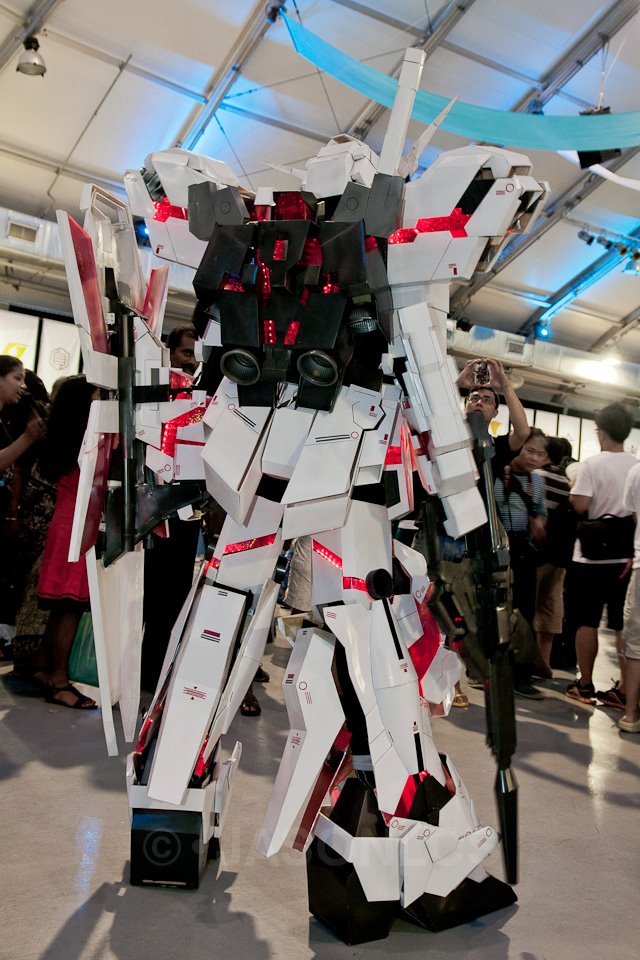 unicorn_gundam_cosplay_rear_view_by_miragecld-d56sbl8